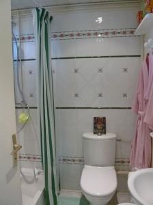 Salle de bain de gauche du gite a Etretat